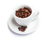 Feijões de Coffe no copo imagens de stock royalty free