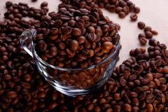 Feijões de Coffe no copo de vidro fotos de stock royalty free