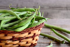 Feijões de corda verdes frescos em uma cesta de vime Feijões verdes novos, boa fonte de fibra, vitaminas e minerais Fundo de made Foto de Stock
