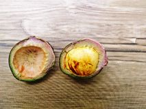 Feijões de Djenkol ou de jiringa de Archidendron semente (Luk Nieng tailandês) com fundo de madeira Imagem de Stock Royalty Free