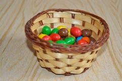 Feijões de geleia coloridos na cesta Fotografia de Stock