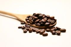 Feijões de madeira da colher e de café Fotografia de Stock Royalty Free