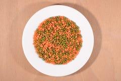 Feijões de mung verdes e lentilha crua vermelha na placa branca Imagens de Stock Royalty Free