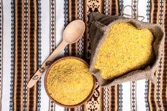 Feijões de soja à terra no saco e na bacia Imagens de Stock