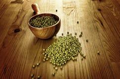 Feijões de soja em uma colher de madeira Foto de Stock Royalty Free