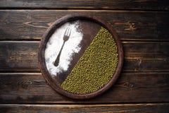 Feijões de soja verdes no fundo de madeira, agricultura biológica Imagens de Stock Royalty Free