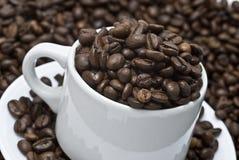 Feijões de uma chávena de café. Fotografia de Stock Royalty Free