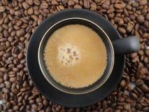 Feijões do copo e de café do café Fotografia de Stock Royalty Free