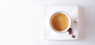 Feijões do copo e de café em uma opinião de tampo da mesa Imagens de Stock