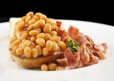 Feijões e bacon cozidos no brinde foto de stock