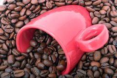 Feijões e caneca de café Fotos de Stock