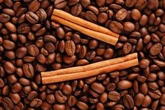 Feijões e canela de café Fotos de Stock