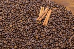 Feijões e canela de café Foto de Stock Royalty Free