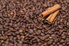 Feijões e canela de café Fotografia de Stock Royalty Free