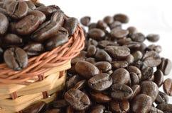 Feijões e cesta de café Imagens de Stock