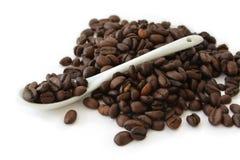 Feijões e colher de café Fotos de Stock