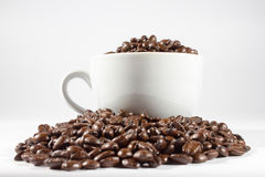 Feijões e copo de café Fotografia de Stock