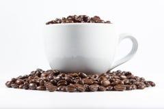 Feijões e copo de café fotos de stock royalty free