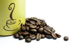 Feijões e copo Roasted de café Fotografia de Stock