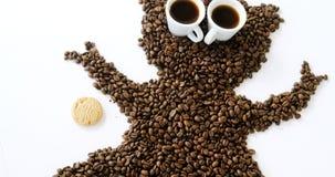 Feijões e copos de café que formam o macaco com cookie video estoque