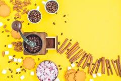 Feijões e doces de café Imagens de Stock Royalty Free