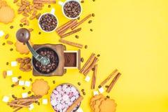 Feijões e doces de café Fotografia de Stock Royalty Free
