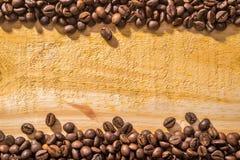 Feijões e madeira de café foto de stock royalty free