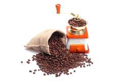 Feijões e moedor de café Imagem de Stock Royalty Free