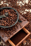 Feijões e moedor de Coffe Foto de Stock Royalty Free