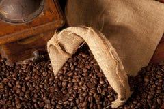 Feijões e moedor de Coffe Imagens de Stock Royalty Free