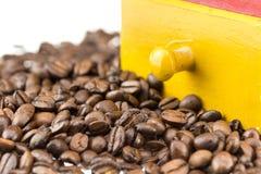 Feijões e moedor de Coffe Foto de Stock