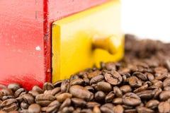Feijões e moedor de Coffe Fotos de Stock Royalty Free