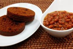 Feijões e pão de Brown cozidos Imagem de Stock Royalty Free