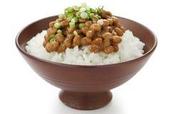 Feijões fermentados da soja no arroz, alimento japonês Foto de Stock Royalty Free