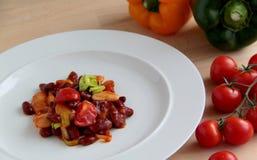Feijões frios mexicanos no molho de tomate com pimentas, cebola e alho-porro Foto de Stock Royalty Free