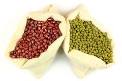 Feijões orgânicos de Azuki e de Mung em sacos da tela. Imagem de Stock Royalty Free