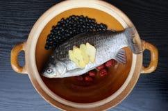 Feijões pretos cozidos da carpa, datas vermelhas Foto de Stock Royalty Free