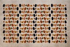 Feijões, pulsos e lentilhas isolados no fundo da juta patter fotografia de stock royalty free