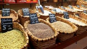 Feijões, pulsos e lentilhas para a venda em um mercado em Santander fotos de stock royalty free
