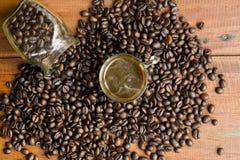 Feijões quentes do café e de café no frasco de vidro Fotografia de Stock
