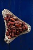 Feijões Roasted na obscuridade - madeira azul do chocolate do cacau fotos de stock