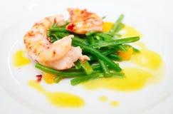Feijões-roxos e camarões cozinhados Foto de Stock