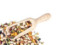 Feijões secados sortidos e lentilhas com a colher de madeira no fundo branco Ingredientes de alimento saudáveis coloridos do inve fotos de stock royalty free
