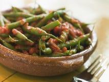 Feijões verdes com uma salsa do tomate Imagens de Stock