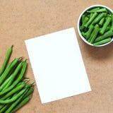 Feijões verdes cortados e um grupo de feijões verdes no piala Fotografia de Stock Royalty Free