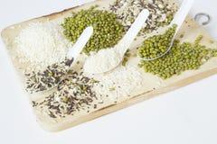 Feijões verdes e arroz com painço e sésamo na colher Imagens de Stock Royalty Free