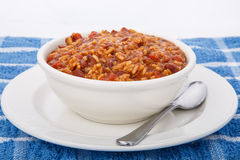 Feijões vermelhos e arroz na bacia branca com colher Fotos de Stock Royalty Free