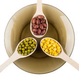 Feijões vermelhos, ervilhas verdes, milho doce nas colheres na placa Fotografia de Stock Royalty Free