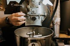 Feij?es de caf? naturais Roasted frescos que conectam fora do caf? industrial Bean Roaster Machine Inside a cafetaria imagens de stock