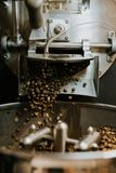 Feij?es de caf? naturais Roasted frescos que conectam fora do caf? industrial Bean Roaster Machine Inside a cafetaria foto de stock